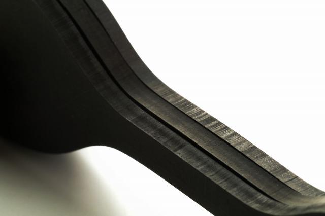 3社の試験片裁断面比較 中央がハガタ屋抜型使用